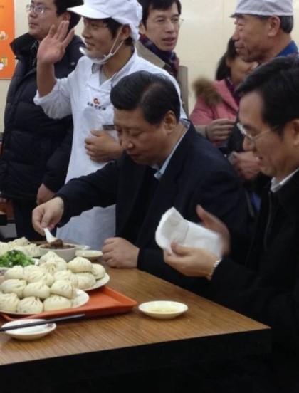 2013년 12월, 집권2년차인 시진핑 국가주석이 베이징의 서민들이 즐겨 찾는 만두집을 방문해 시민들 틈에서 식사를 하고 있다. 오른쪽에 앉은 이가 당시 중앙판공청 부주임이던 딩쉐샹이다. [중앙포토]