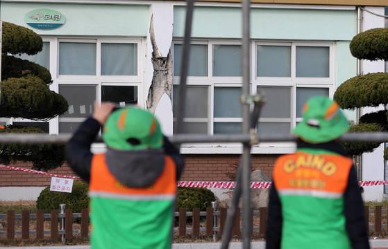 위험한 옥외대피소   (포항=연합뉴스) 김준범 기자 = 20일 오후 경북 포항시 북구 흥해초등학교 도서관이 지진 피해를 입어 벽이 허물어져 있다. 이 학교는 정부가 지진 발생 시 주민들이 대피하도록 옥외대피소로 지정해 국민재난안전포털을 통해 공개한 곳이다. 2017.11.20   psykims@yna.co.kr (끝) <저작권자(c) 연합뉴스, 무단 전재-재배포 금지>