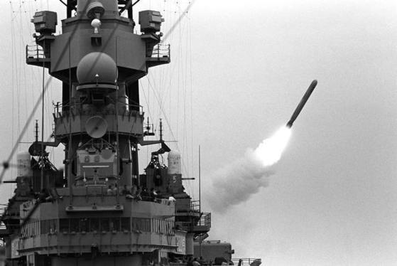 미 해군의 전함 미주리함(BB-63)이 토마호크 크루즈(순항)미사일을 발사하고 있다. 미국이 북한의 대량살상무기(WMD) 시설을 타격할 경우 이 미사일을 사용할 가능성이 크다. [사진 미 해군]