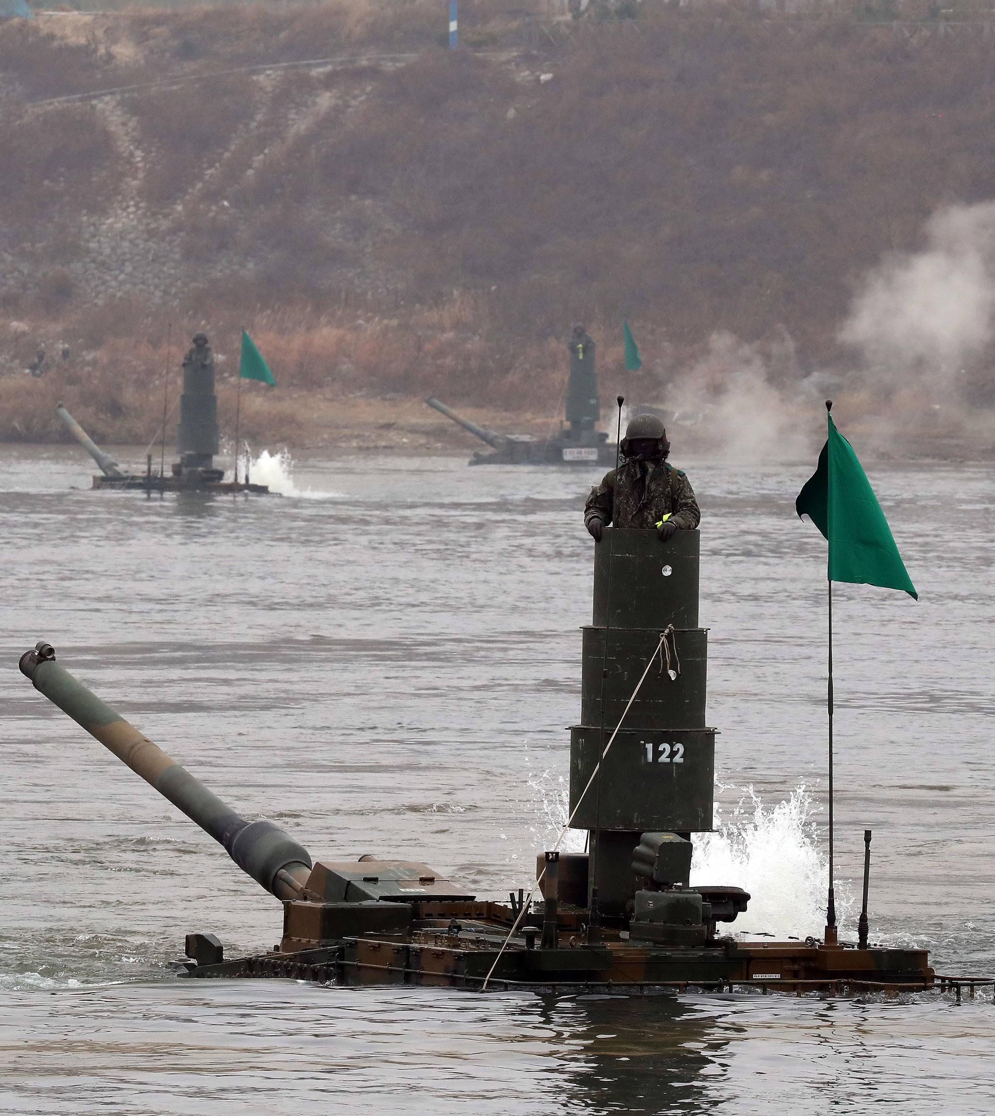 '육군 제20기계화보병사단 K2전차 잠수도하훈련'이 21일 오전 경기도 여주시 연양동 도하훈련장에서 실시됐다. K2 전차가 남한강을 잠수해 건너 육지로 올라오고 있다. 우상조 기자
