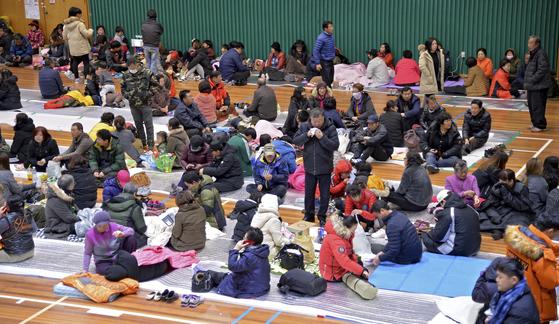 15일 오후 포항시에 진도 5.4 규모의 지진이 발생한 가운데 여진에 놀란 북구 주민들이 흥해 실내체육관으로 대피해 있다. [ 매일신문 제공]