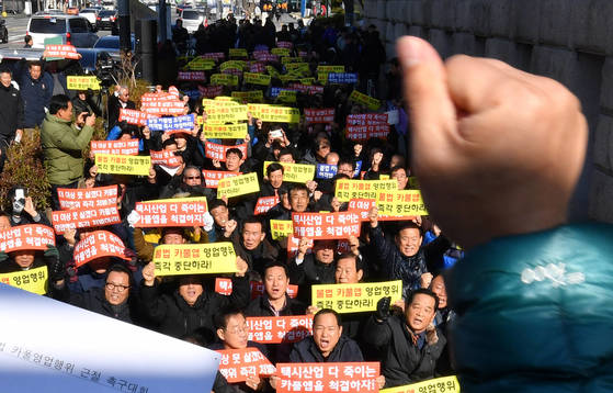 21일 서울 택시업계 관계자들이 카풀앱 영업을 반대하는 시위를 벌이고 있다.[연합뉴스]