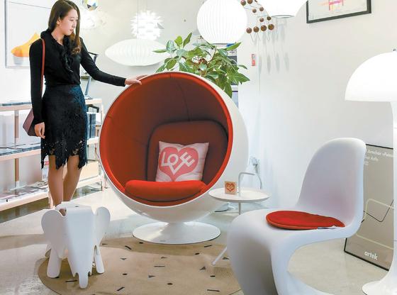 14일 서울 반포동에 있는 가구 편집숍을 찾은 20대 여성이 자신의 방에 놓을 1인용 의자를 살펴보고 있다.