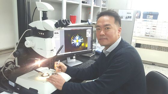 이용재 연세대 지구시스템과학과 교수가 21일 자신의 연구실에서 실험 도구와 함께 포즈를 취했다. [사진 이용재 교수]