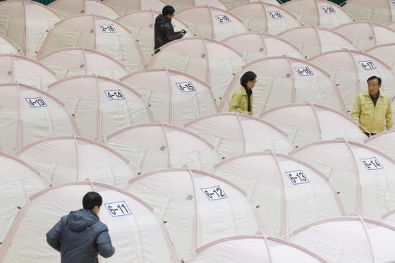 5.4 규모의 지진 발생 6일째인 20일 포항 흥해실내체육관에 250여 동의 개인용 텐트가 설치됐다. 프리랜서 공정식