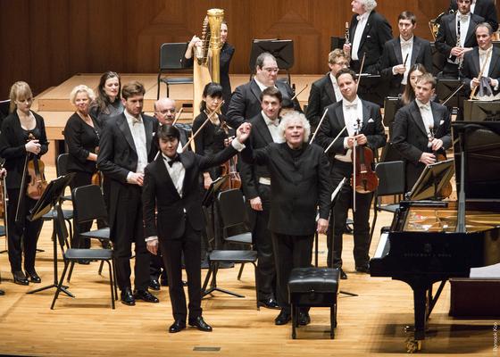 라벨 협주곡으로 베를린필과 데뷔 투어 4번을 마친 피아니스트 조성진(왼쪽). 사이먼 래틀과 함께 관객에게 인사하고 있다. 베를린에서 시작해 총 4번의 연주를 19일 서울에서 끝냈다. [사진 금호아시아나문화재단]