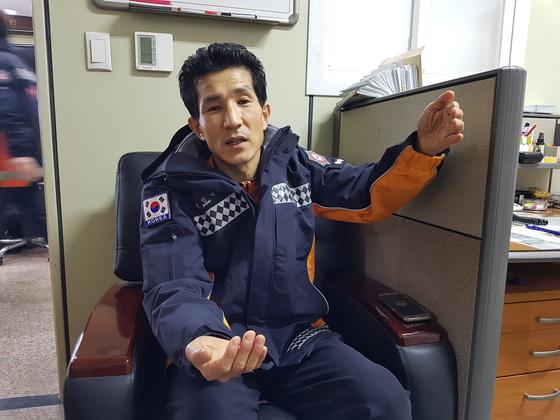화마속 어린 남매를 맨 손으로 받은 정인근 소방경. 인터뷰 중 아이를 받았을 때의 상황을 설명하고 있다. 임명수 기자