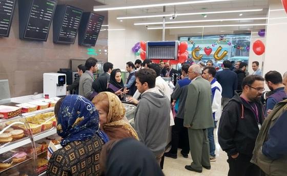 20일(현지시간) 문을 연 CU 테헤란 매장에서 쇼핑을 하는 시민들. [사진 BGF리테일]