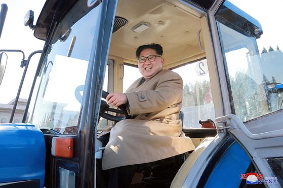 김정은 북한 노동당 위원장이 평안남도 강서군에 있는 금성 뜨락또르(트랙터) 공장을 시찰했다고 조선중앙통신이 15일 보도했다. [조선중앙통신]