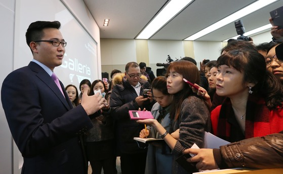지난 2015년 김승연 한화그룹 회장의 삼남인 김동선 당시 한화건설 과장이 시내면세점과 관련해 기자들의 질문에 답하고 있다. [중앙포토]