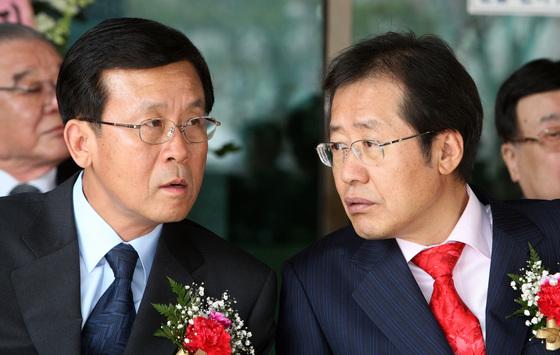 2009년 당시 홍준표 한나라당 원내대표(오른쪽)와 원혜영 민주당 원내대표. [중앙포토]
