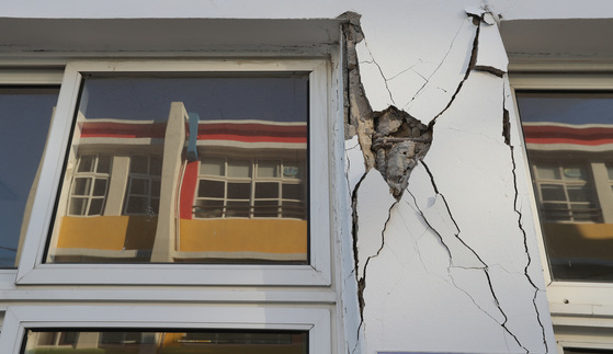 5.4 규모의 지진으로 외벽에 금이 가 있는 경북 포항의 흥해초등학교. 우상조 기자