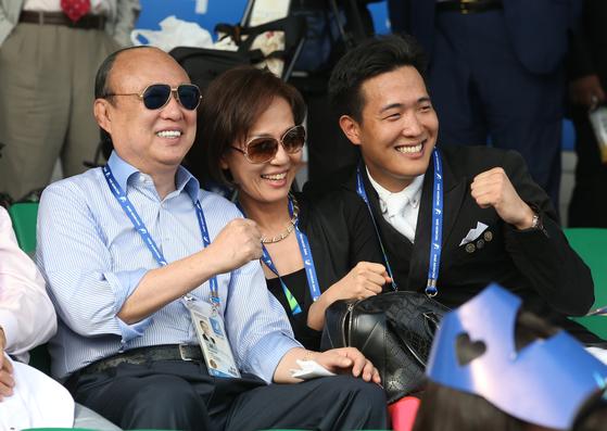 김승연(왼쪽) 한화그룹 회장과 셋째 아들 김동선(오른쪽) 씨.[중앙포토]