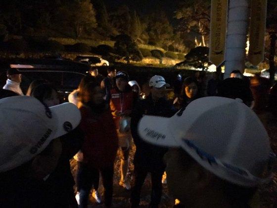 KB금융 스타챔피언십 당시 클럽하우스에 남아 항의하는 여자 골프 선수들. [사진 이데일리 골프in]
