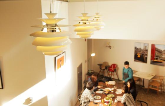요즘 뜨는 까페에 가면 천장에 매달린 '디자인 조명'을 쉽게 발견할 수 있다. 루이스폴센의 스노볼 조명을 단 서울 청담동 '앤더슨 C' 카페. [송현호 인턴기자]