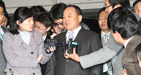 2008년 12월 10일 박연차 태광실업 회장이 15시간에 걸친 검찰 조사를 받은 뒤 서울 서초동 대검찰청을 나서며 취재진의 질문에 답하고 있다. [중앙포토]