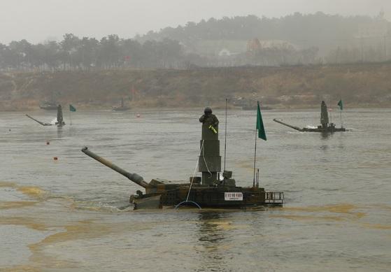 21일 경기도 여주시 남한강에서 실시된 도하훈련에서 육군 7군단 예하 20기계화보병사단 K2 흑표전차가 연막이 친 상태에서 잠수도하를 통해 강을 건너고 있다. [사진 육군]