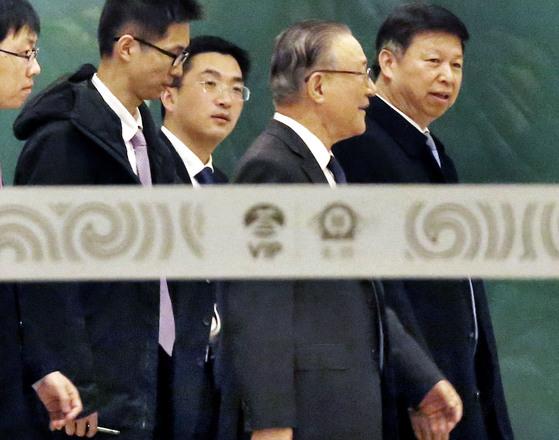 시진핑 중국 국가주석의 특사로 평양을 방문한 쑹타오 공산당 대외연락부장(맨 오른쪽)이 20일 오후 베이징 서우두 공항에 도착해 지재룡 주중 북한대사(오른쪽에서 둘째)와 함께 이동하고 있다. [연합뉴스]