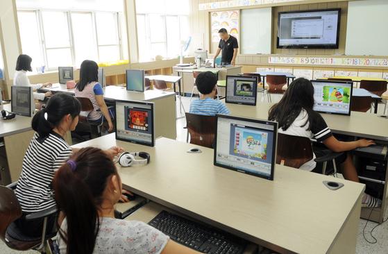 우리나라 만 15세 학생들이 다른 사람과 협력해 문제를 해결하는 능력이 세계 최상위 수준으로 나타났다. [중앙포토]