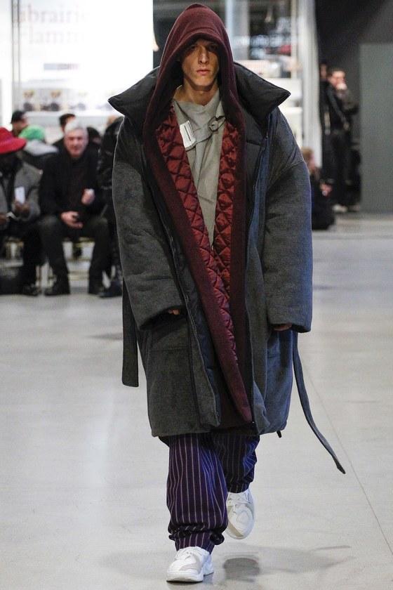 올해 가을겨울 컬렉션으로 회색 셔츠 위에 커다란 와인색 후드 카디건과 회색 패딩을 선보인 베트멍. [사진 베트멍홈페이지]
