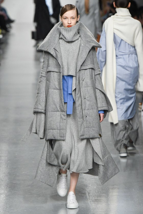 런던에서 활동하는 한국 디자이너 최유돈의 '유돈초이'의 2017 가을겨울 컬렉션에 등장한 모델. 셔츠에 스웨터, 패딩까지 여러 층으로 보여지는 햄 라인으로 스타일링의 재미를 줬다. [사진 유돈초이]