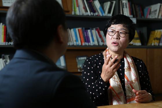 """장현아 마포장애인부모회 회장은 """"우리도 하루 하루 행복한 일상을 만들어가고 싶은 평범한 이웃""""이라며 """"특수교육, 주간보호로 분리하지 말고 조금 느리더라도 지역사회에서 함께 살아가자""""고 당부했다. 조문규 기자"""