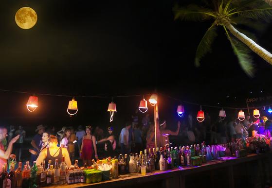코팡안의 보름. 전 세계에서 모인 사람들이 밤새 술 마시고 춤추며 논다. [사진 태국관광청]