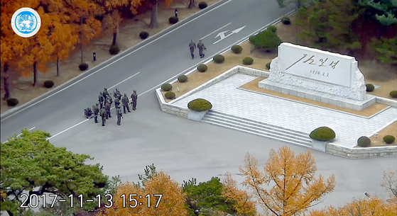 유엔군 사령부는 22일 오전 서울 용산구 국방부 브리핑룸에서 최근 판문점공동경비구역(JSA)을 통해 귀순한 북한 병사의 당시 총격 상황을 담은 CCTV를 공개했다.  사진은 지난 13일 JSA 북측지역에 북한군이 집결해 이야기를 하는 모습. [사진 유엔군사령부]