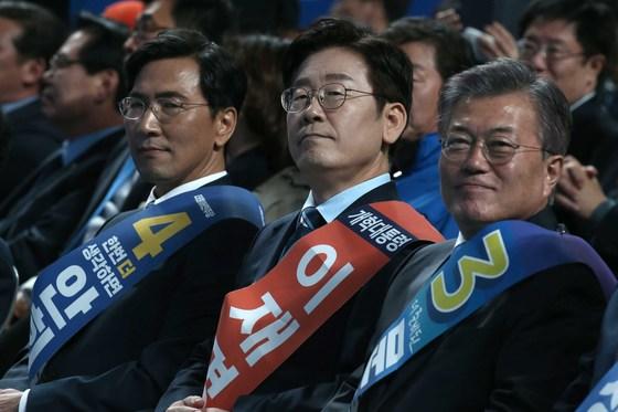 지난 3월 더불어민주당 대통령후보자 호남권선출대회에 참석한 (왼쪽부터) 안희정 충남지사, 이재명 성남시장, 문재인 대통령. 오종택 기자