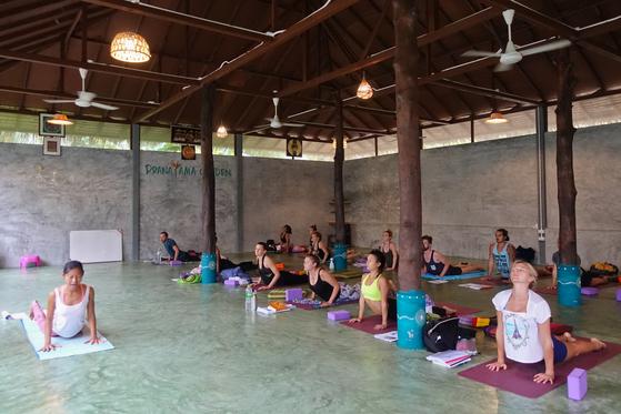 스릿타누 지역에는 요가강습소가 많은데 수강생 대부분은 유러피안이다. 요가 강사를 준비하는 이들도 많다.