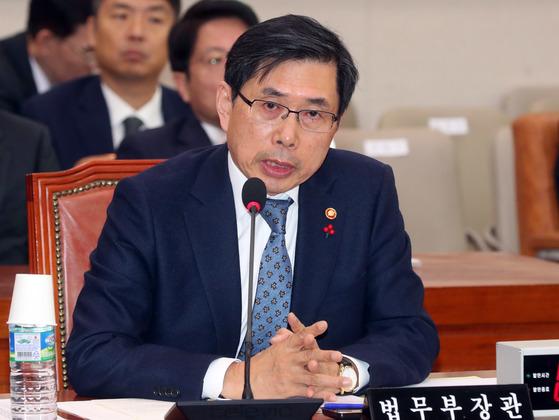 박상기 법무부장관이 23일 국회 법제사법위원회에 출석해 의원질의에 답하고 있다. 강정현 기자