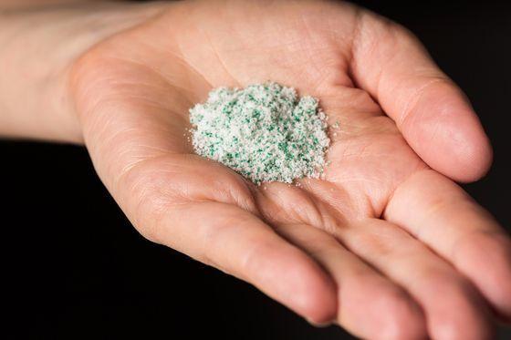 화장품이나 치약 등에 들어있는 미세플라스틱이 하천이나 해양에 들어가면 먹이사슬을 통해 생태계에 유해한 영향을 끼칠 수도 있다는 우려의 목소리가 점차 커지고 있다. [중앙포토]