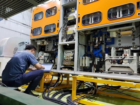 현대로템 직원이 주전력변환장치를 시험하는 모습. [사진 현대로템]