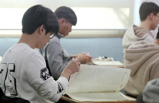 2018학년도 대학수학능력시험일인 23일 오전 광주 광덕고등학교 시험실에서 수험생들이 1교시 국어영역 문제지를 받아들고 있다. [뉴스1]