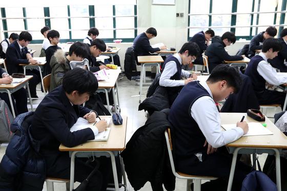포항지진여파로 2018년 대학수학능력시험이 23일로 연기된 가운데 17일 오전 서울 용산고등학교에서 고3수험생들이 자율학습을 하고 있다. 장진영 기자.