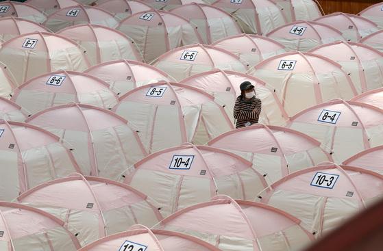 21일 오후 경북 포항시 흥해실내체육관에 마련한 임시 대피소에서 이재민이 자신이 머물 텐트를 찾고 있다. [연합뉴스]