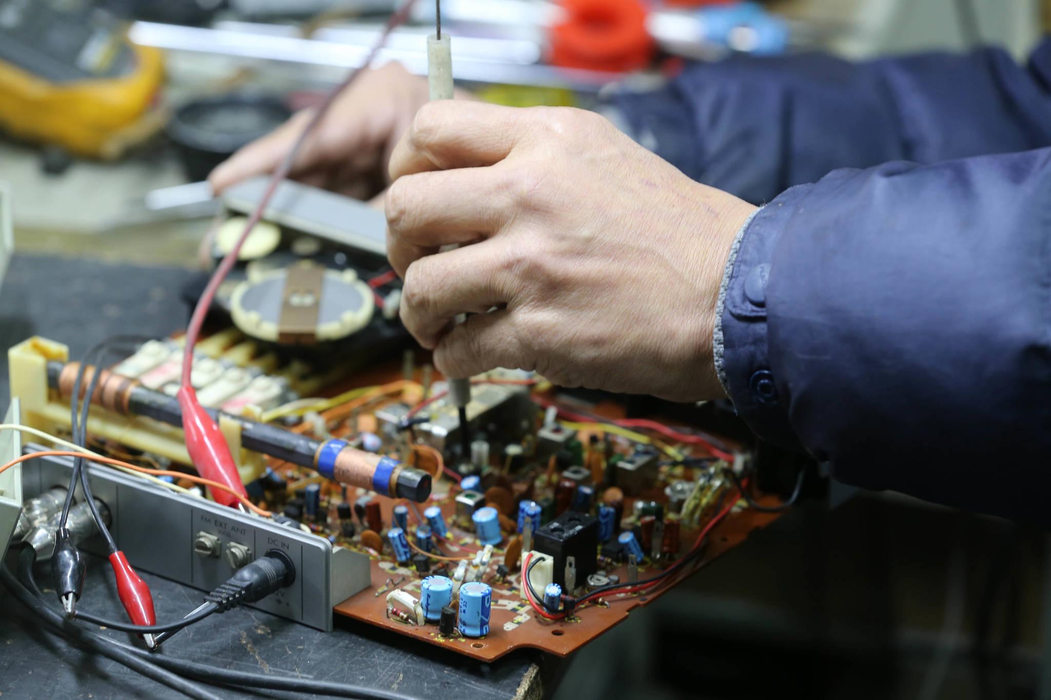 한 수리 장인이 고장난 전자제품의 회로판을 점검하고 있다. . 신인섭 기자