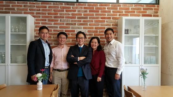 김치원 서울와이즈재활요양병원 원장이 헬스케어 스타트업 눔과 의료 업계 관계자들과 함께한 모습.
