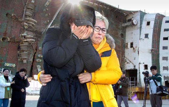 세월호 미수습자 가족들이 지난 16일 목포신항에서 기자회견을 마친 뒤 부축을 받으며 현장을 떠나고 있다. 프리랜서 오종찬