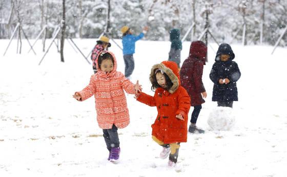 23일에 이어 24일에도 중부지방 곳곳에 많은 눈이 내려 쌓일 것으로 예보됐다. 사진은 23일 전북 전주시에 있는 농촌진흥청 어린이집 아이들이 운동장에서 눈을 맞으며 즐거운 시간을 보내고 있는 모습.[농촌진흥청 제공=연합뉴스]