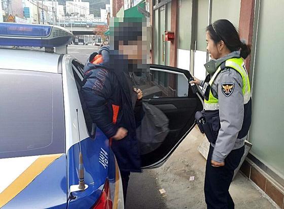 부산경찰청은 23일 2018년 대학수학능력시험을 치르는 수험생들이 고사장에 무사히 도착하도록 지원했다. [사진 부산경찰청]