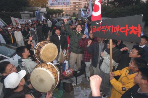 1999년 11월 17일 재학생들이 수험생을 응원하고 있다. 김경빈 기자