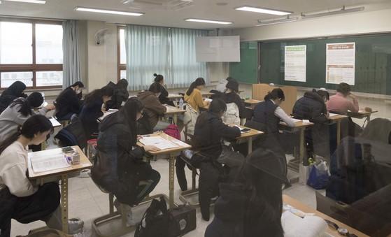 23일 2018학년도 대학수학능력시험이 전국 1180개 수험장에서 일제히 실시됐다. 이날 오전 한 학교에서 수험생들이 수능 시작을 기다리고 있다. [사진 경북도교육청]