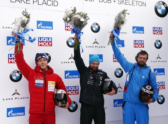 지난 11일 미국 레이크플래시드에서 열린 스켈레톤 월드컵 1차 대회에서 동메달을 땄던 알렉산드르 트레티아코프(오른쪽). 가운데는 1위 마틴 두쿠루스(라트비아), 왼쪽은 2위 윤성빈(한국). [AP=연합뉴스]