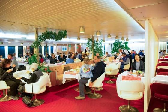 앙코나-스플리트 정기 여객선 내부 식당. 관광시즌을 살짝 넘긴 탓인지 승객의 대부분은 가족단위의 현지인들이다. [사진 장채일]