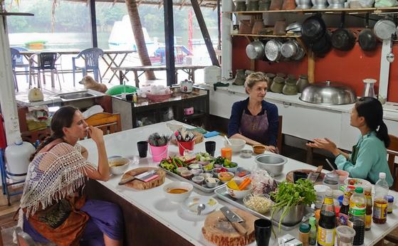 요리강습을 모두 마치고 참가자와 강사가 정겹게 이야기를 나누는 모습.