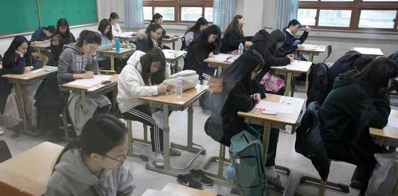대학수학능력시험이 치러진 23일 경북 포항시 남구 포항이동고등학교에서 학생들이 1교시 시험에 앞서 자리에 앉아 대기하고 있다. 포항=송봉근 기자