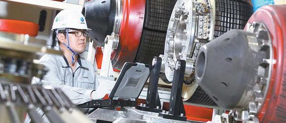 한국가스공사는 10년 이상 장기운영 고압배관 건전성 검사를 강화했다. 가스공사의 직원이 배관 내부 검사기계를 들여다보고 있다. [사진 한국가스공사]