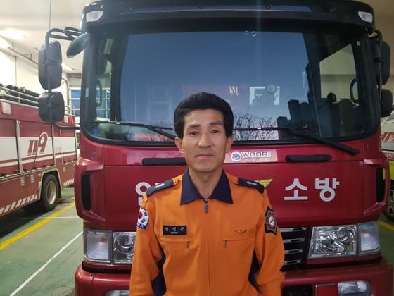 정인근 소방관은 인천 다세대 주택 화제 현장에서 3층에서 떨어지는 어린 남매 2명을 맨손으로 받아 구조했다. [사진 LG]