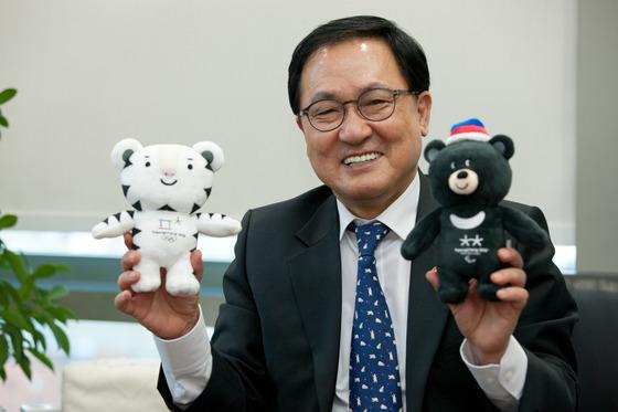 유영민 장관이 평창 동계올림픽 마스코트인 수호랑 과 반다비 를 들고 올림픽에서 정보통신기술의 중요성에 대해 설명했다. [사진 과학기술정보통신부]